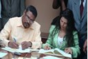 Gobierno firma convenio con el BID para mejorar la red de distribucion electrica.